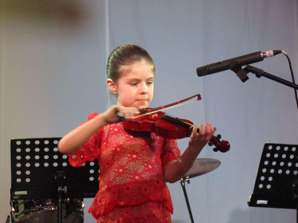 Violinistas de la Escuela Artística celebran  el Día de la Madre con muestras virtuales