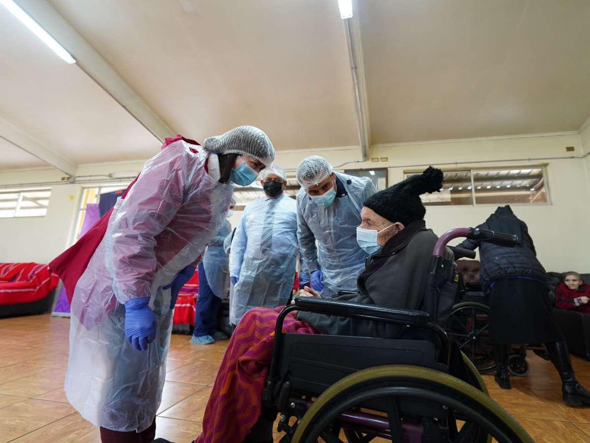 """4.239 adultos mayores y personas inmunocomprometidas de Ñuble recibieron """"Dosis de Refuerzo"""" en primeros 3 días"""