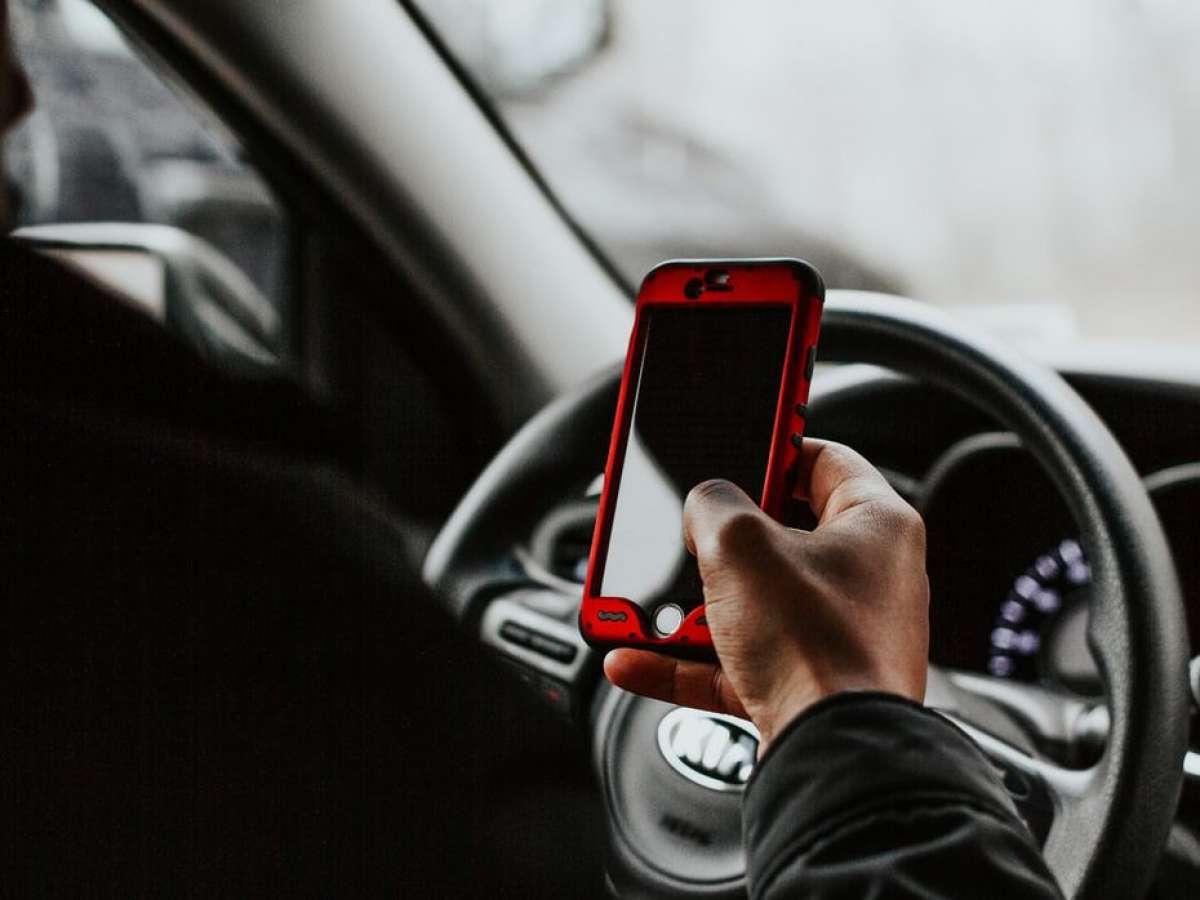 A ley alza en la sanción por conducir manipulando un celular u otro artefacto electrónico o digital