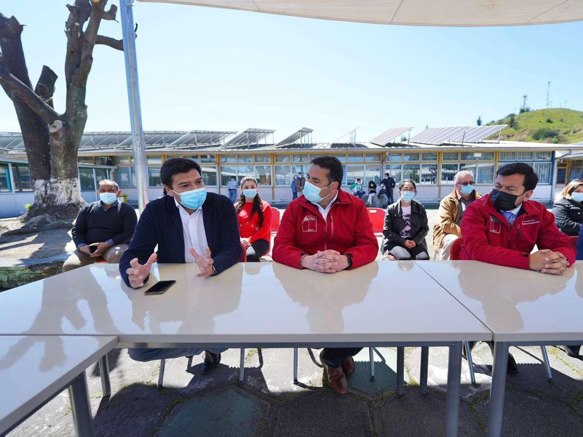 Delegado de Ñuble y Seremi de Educación presentan laboratorios portátiles para Liceos de la zona de rezago